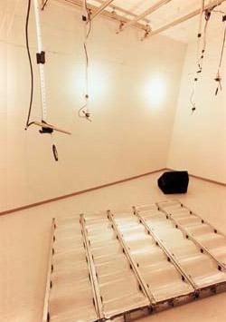 吸音率計測中の残響室内の状況